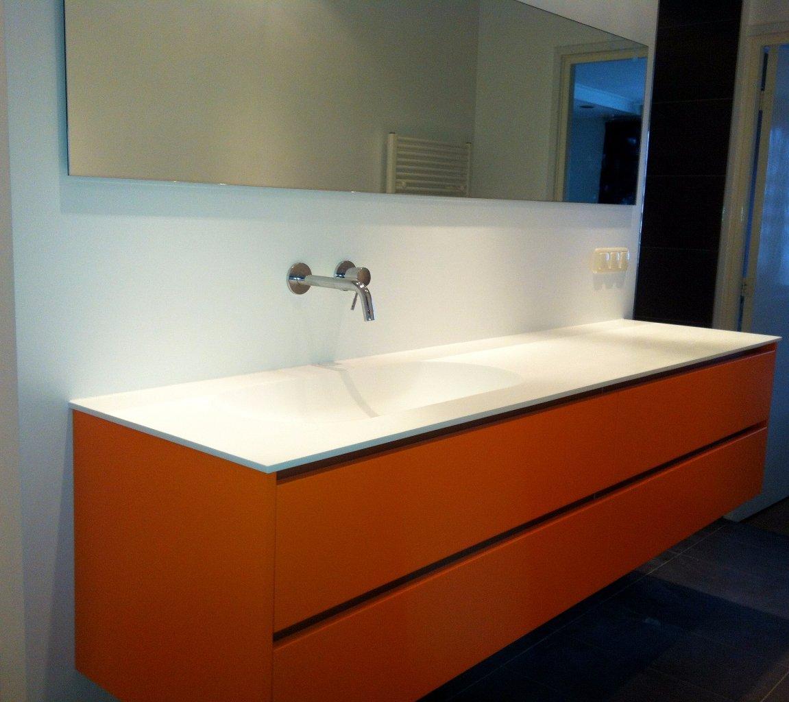 Badkamer met oranje badmeubel - Jarin
