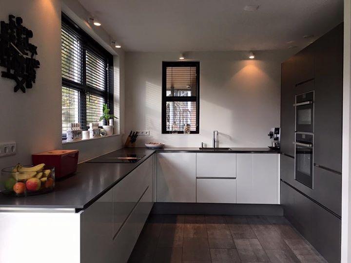 Grijze Keukens Greeploos: Witte keuken zwarte of een gekleurde. Keuken ...