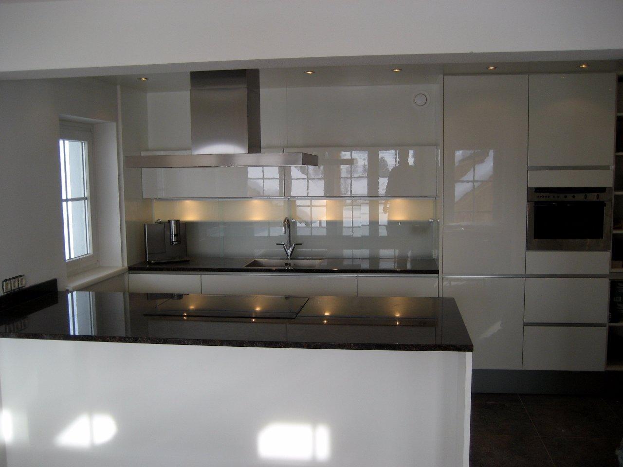 Keuken greeploos oud wit hoogglans met graniet   jarin