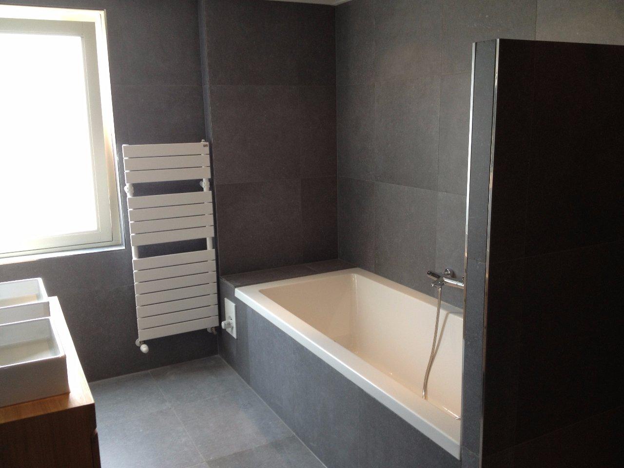 Graniet Werkblad Badkamer ~ Luxe badkamer met grote grijze tegels  Jarin