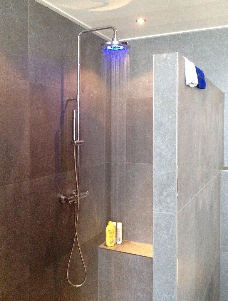 Badkamer Met Grijze Tegels : Badkamer grote tegels grijze pictures to ...