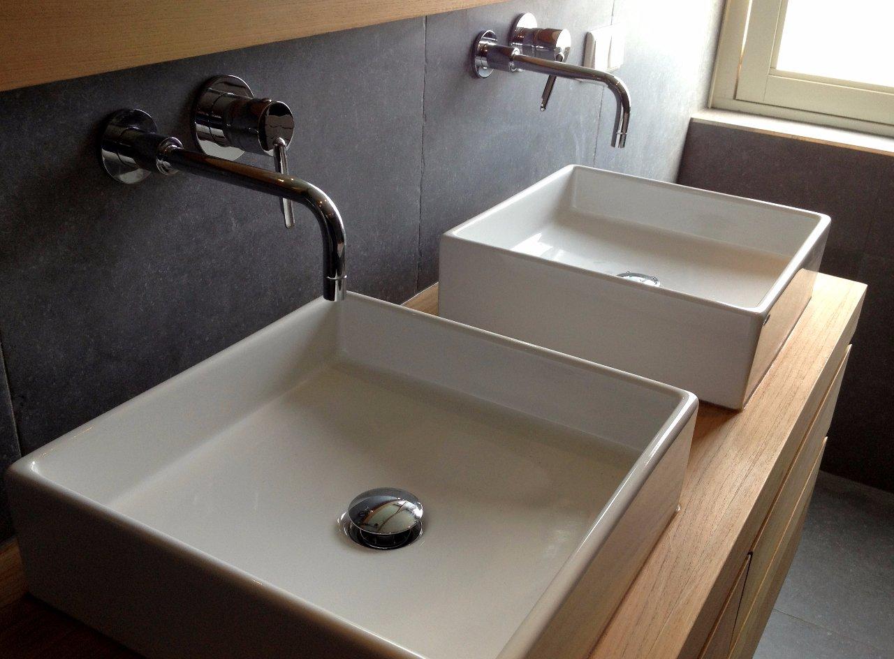 Luxe badkamer met grote grijze tegels - Jarin